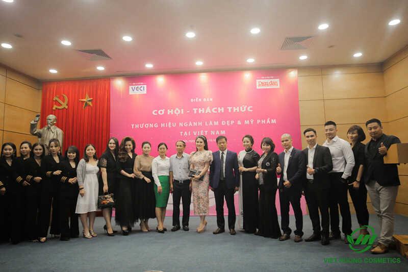 Tập thể cán bộ nhân viên Việt Hương tham gia toạ đàm