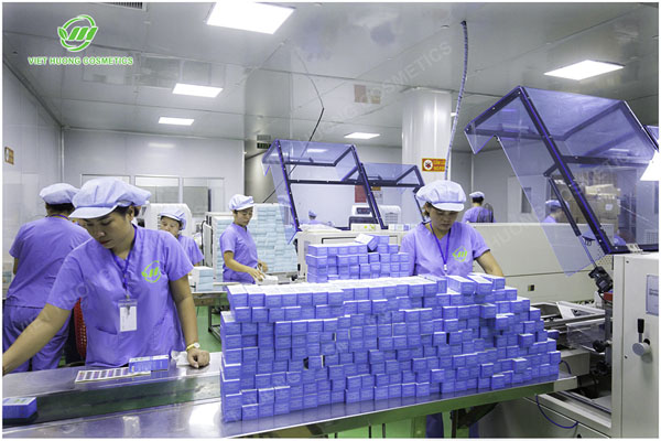 Công nhân làm việc trong dây chuyền sản xuất mỹ phẩm Việt Hương