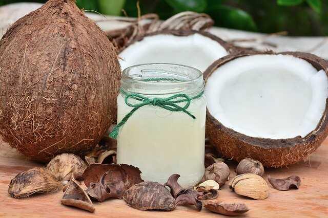 Dầu dừa được dùng nhiều trong việc phục hồi tóc hư tổn