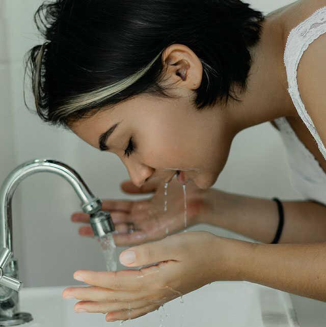 Rửa mặt là cách chăm sóc da mùa đông không thể thiếu