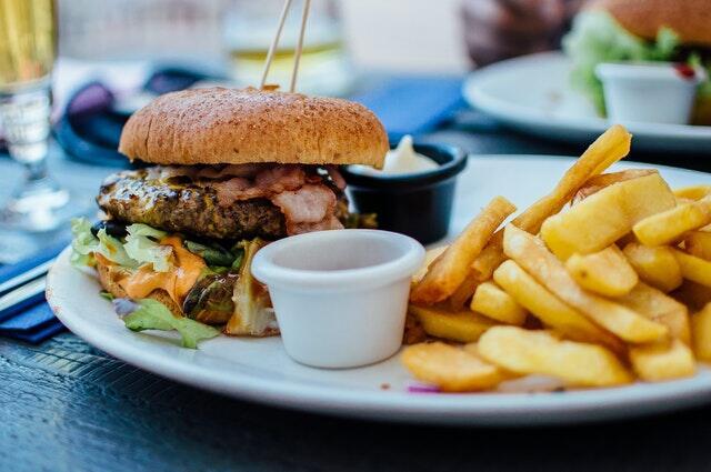 Thức ăn nhanh là thực phẩm gây hại cho da